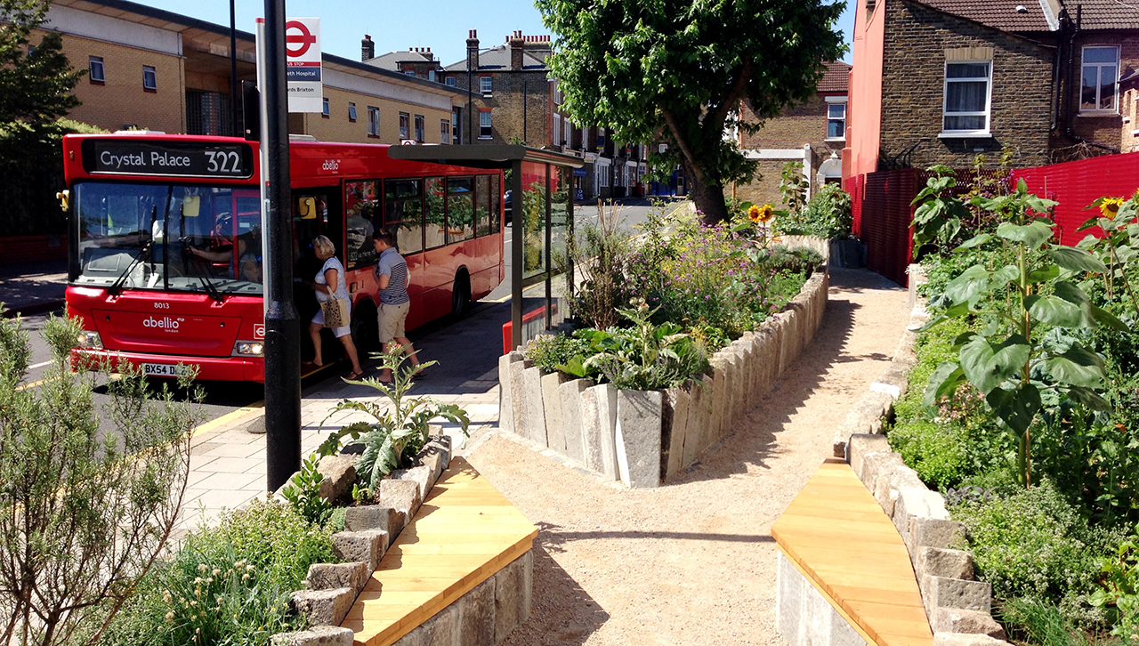 Parada de autobús con huerto urbano