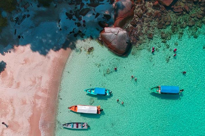 Barcos amarrados en una playa