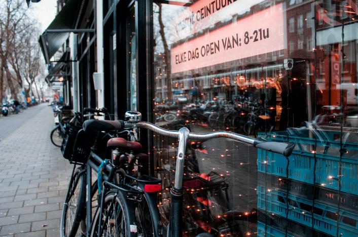 Bicicletas apoyadas en un restaurante