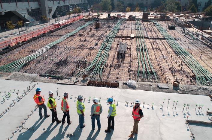 Técnicos de obra en una construcción