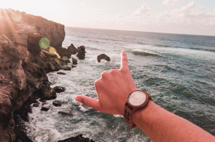Reloj de madera con fondo marino