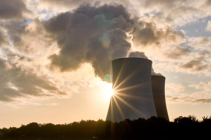 Central de energía atómica en el atardecer