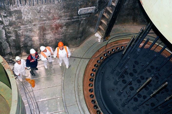 Trabajadores en central nuclear