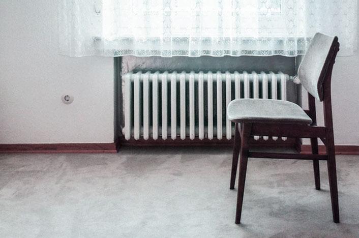 ¿Cómo ahorrar calefacción en invierno? - Silla y calefactor blancos