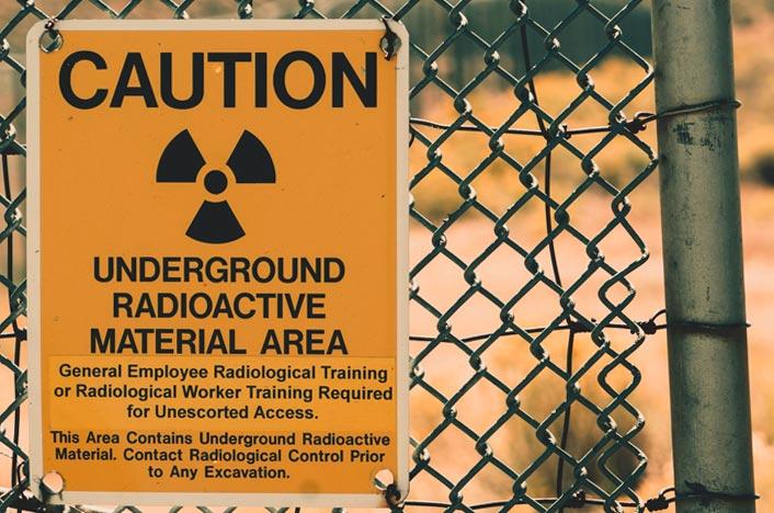 Aviso en un cartel de residuos peligrosos