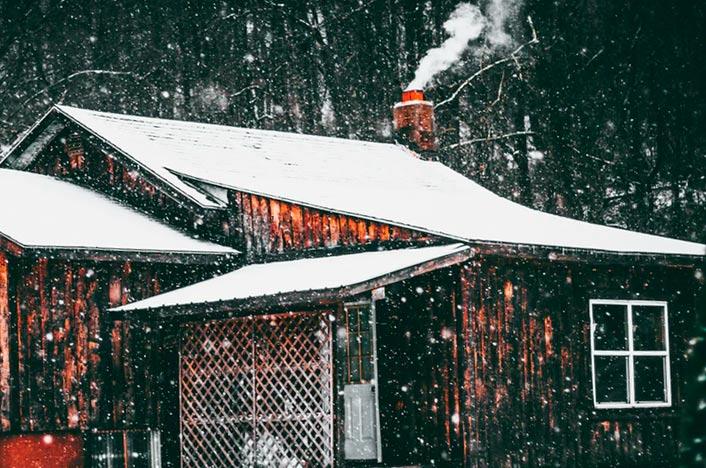 Casa con chimenea de biomasa
