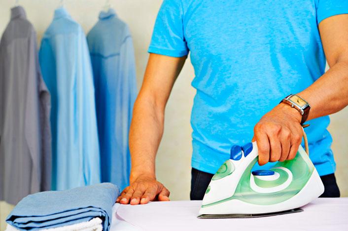 hombre planchando ropa