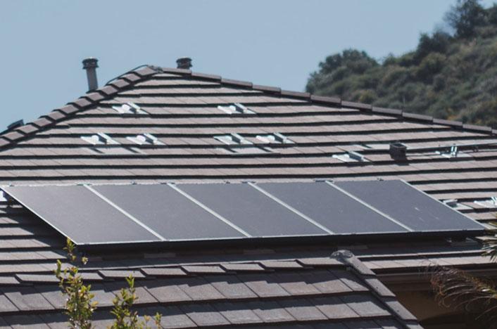 Casa con paneles solares - ¿Cómo hacer paneles solares para tu casa?