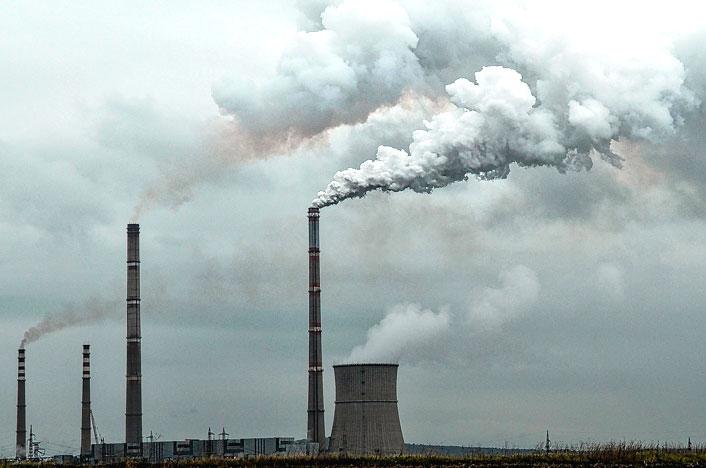 Torres emitiendo gases