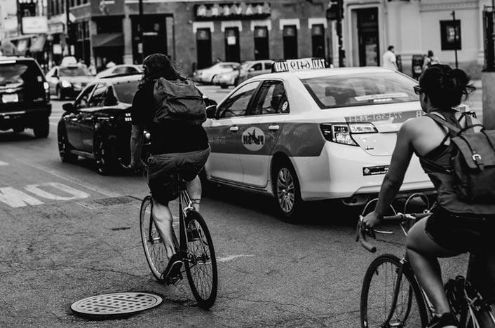 Bicicletas en la ciudad y coches