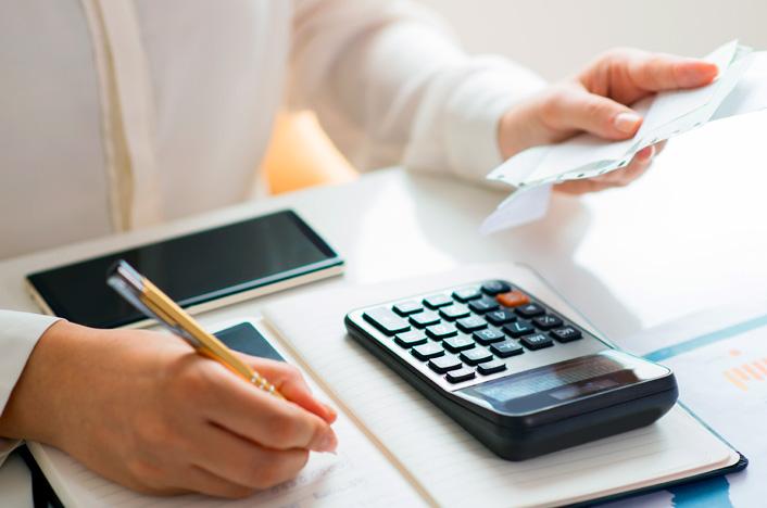 Persona revisando facturas