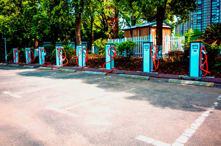 Estacionamiento de carga de coches híbridos y eléctricos