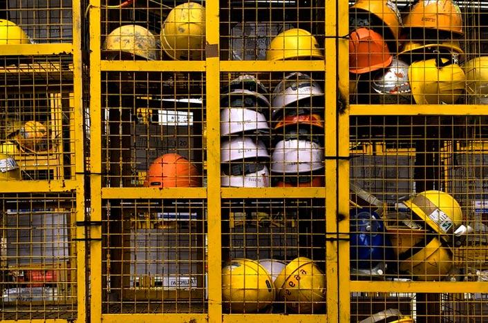 Cascos de construcción en jaula
