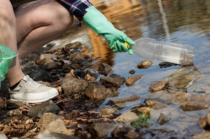 Contaminación del agua - Plástico en ríos
