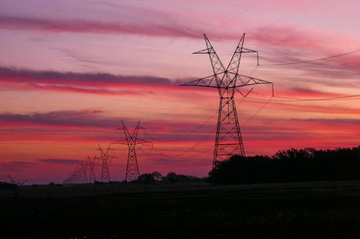 Torretas de la luz transportadoras de energía eléctrica