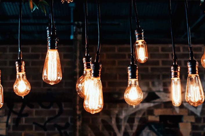 Bombillas enecendidas que dan luz, generadas por la energía eléctrica