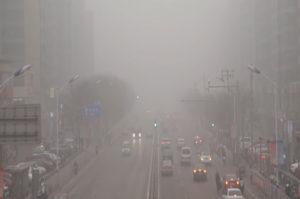lluvia ácida cayendo sobre coches