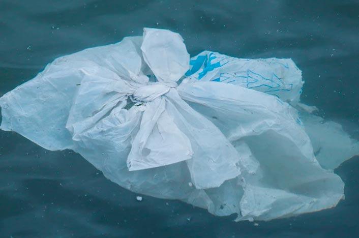 Bolsa de plástico en el mar