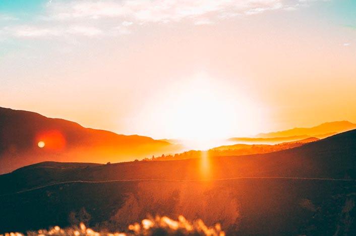 Sol y montañas