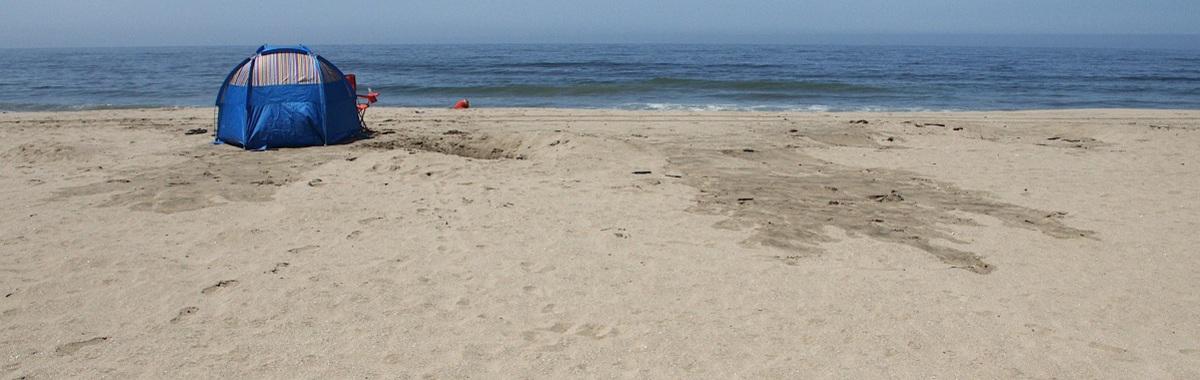 Playa con tienda de campaña