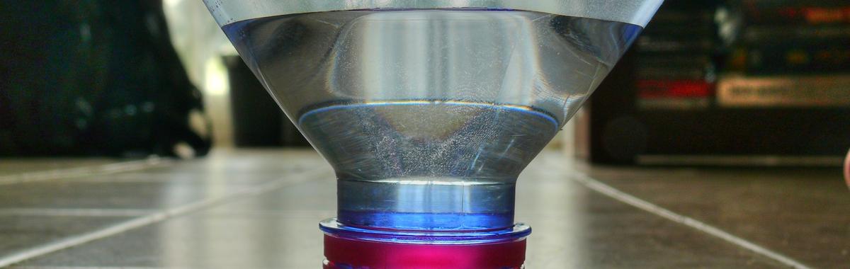 Botella de plástico para un sistema de riego por goteo