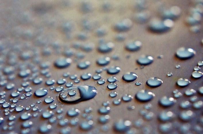 Gotas de agua procedente de atrapanieblas