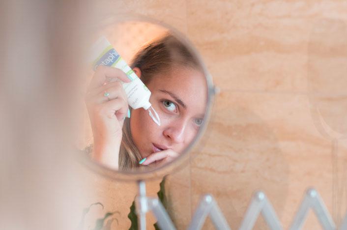 Mujer poniéndose mascarilla de cara