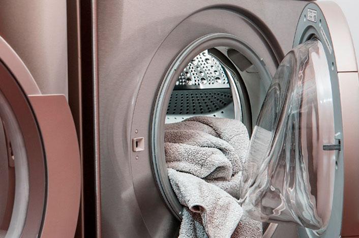 Lavadora con ropa metida