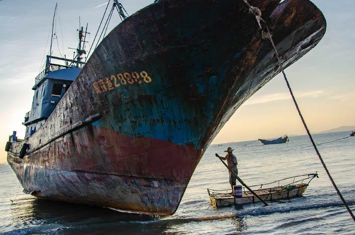 Contaminación marina - Barco oxidado atracado