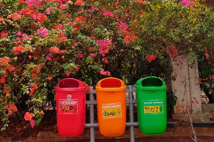 Cubos para reciclar anillas de latas