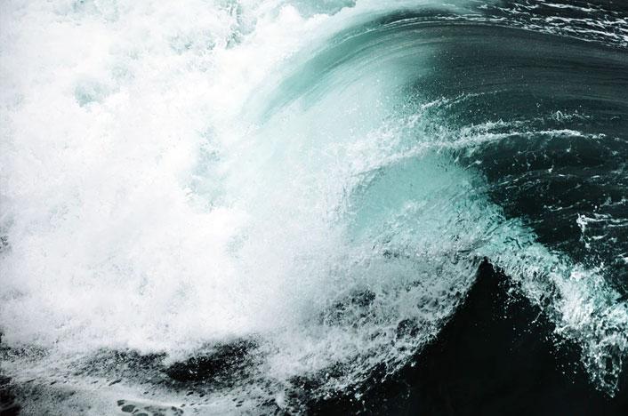 Foto de una ola - ¿Qué es la energía mareomotriz?