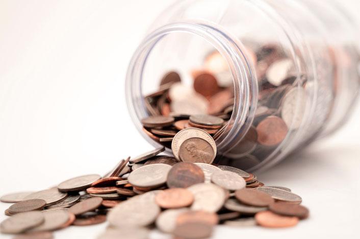 Hucha con monedas simbolizando ahorro