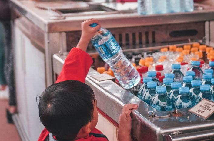 Problema de agua potable en México: niño comprando agua