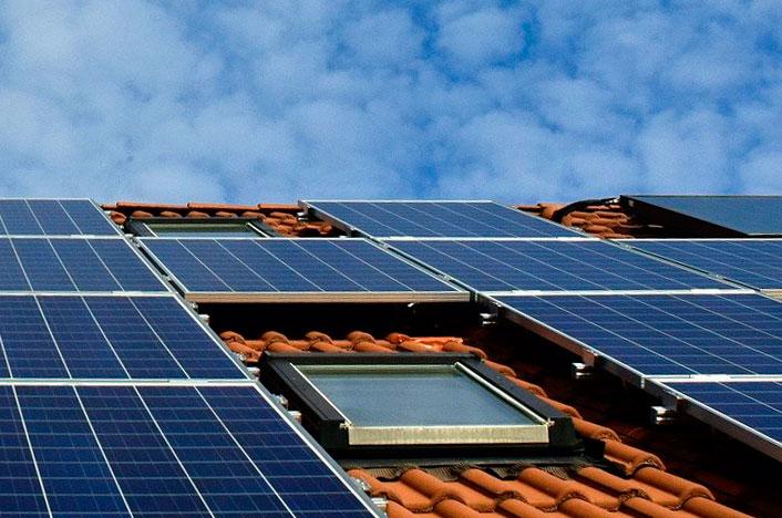 Energía solar en el tejado de una casa en España