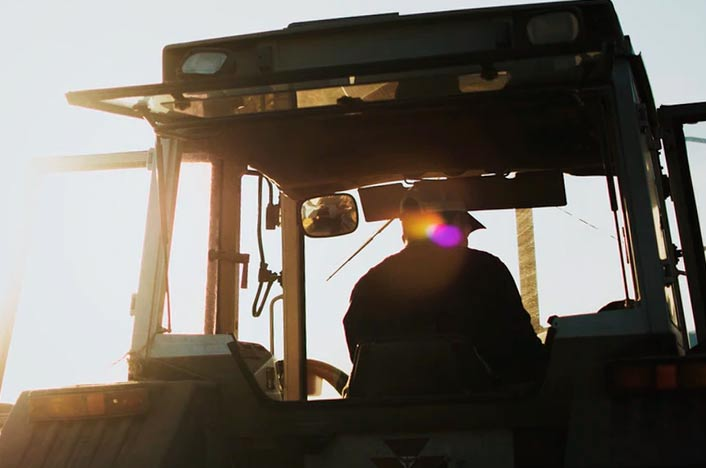 Agricultor en tractor
