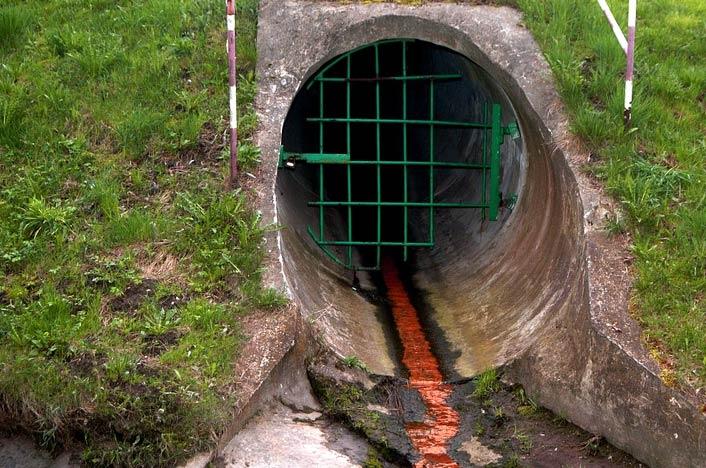 Tubería soltando aguas residuales que contaminan el agua