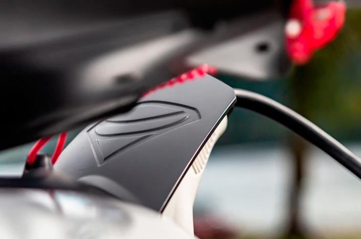 Moto eléctrica recargando su batería con un cargador