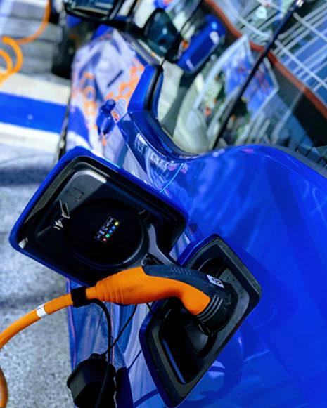 Coche eléctrico cargando eficiencia energética