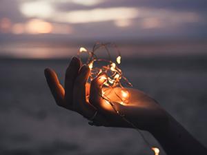 Compañías de luz mano luz