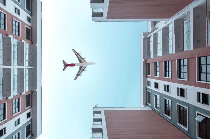 Contaminación acústica - Un avión cruza una zona residencial