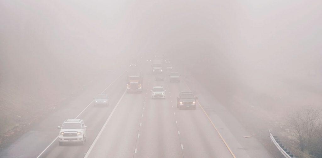 Autopista con contaminación, no abusar del coche ayuda a prevenir el calentamiento global