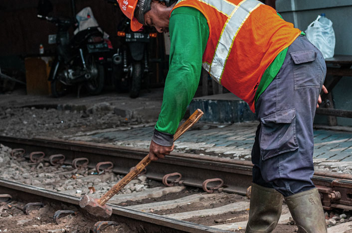 Obrero de la construcción generando y sufriendo contaminacion acustica