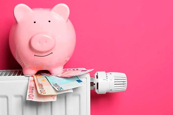 Hucha y dinero en calefactor por poner la temperatura ideal de la calefacción