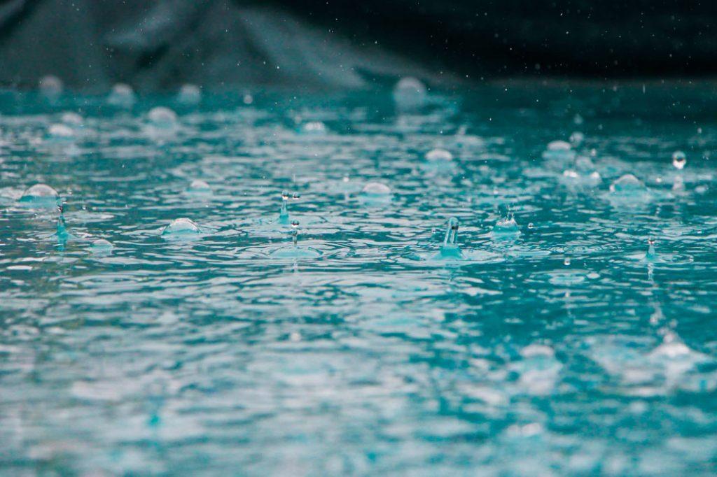 lluvia ácida sobre agua