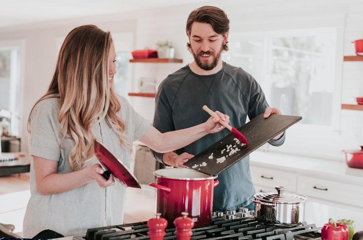 Familia cocinando aprovechando energía solar de su vivienda