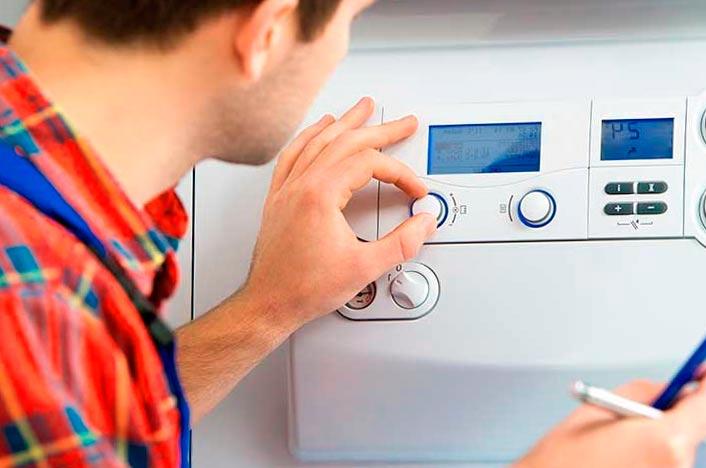 Hombre poniendo la temperatura ideal de la calefacción