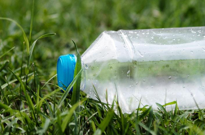 Botella de agua en el suelo