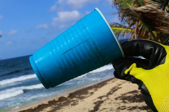 Contaminación por desechables en la playa