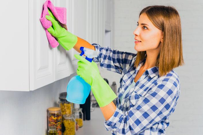 Mujer limpiando con desinfectante