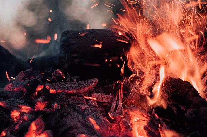Fuego y briquetas